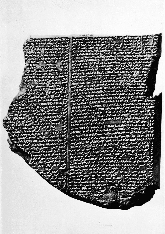 """""""Gilgamesh"""" blev oprindeligt nedskrevet med kileskrift i lertavler for omkring 4000 år siden i oldtidens Mesopotamien. Her ses et stykke af """"Gilgamesh""""-fundet i ruinerne fra den gamle by Nineveh, der lå, hvor den irakiske by Mosul ligger i dag. –"""
