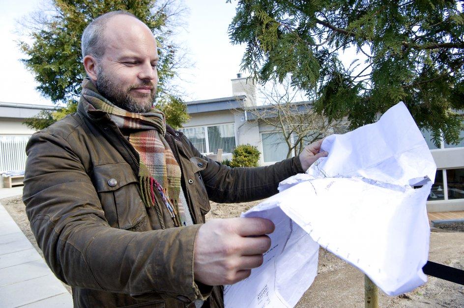 4-årige Christian Grib foran en villa i Charlottenlund i færd med at uddelegere opgaver.