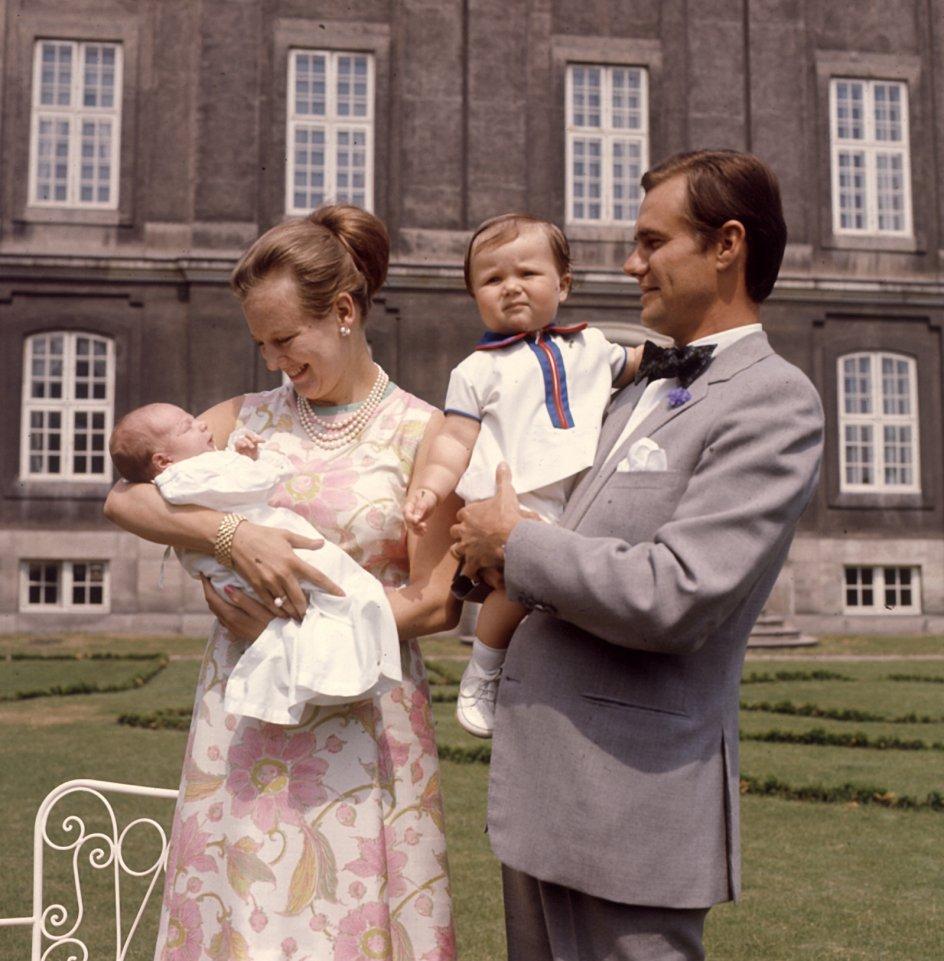 1969.-Kongefamiliens nyeste prins, Joachim, præsenteres for pressen.