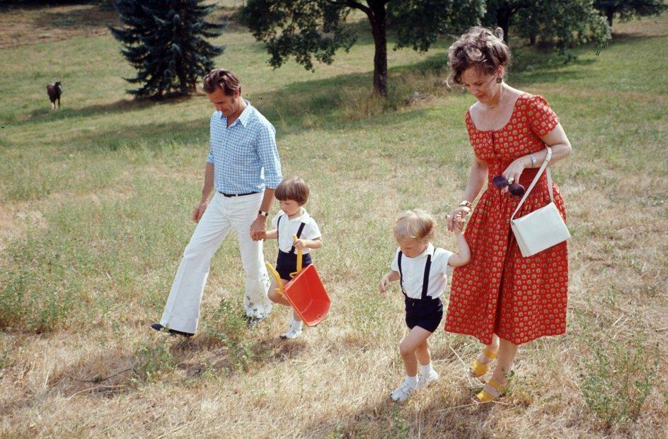 (ARKIV) Dronning Margrethe og prins Henrik med prinserne Joachim og Frederik på ferie hos Henriks forældre i Cahors, den 25. juli 1972. Den 7. juni fylder prins Joachim 50 år. Hans liv fortælles her i otte kapitler. Fra skilsmissen, til den nye familie. Fra Schackenborg, til militæruddannelse i Paris. Det skriver Ritzau, onsdag den 29. maj 2019.. (Foto: PER PEJSTRUP/Ritzau Scanpix)