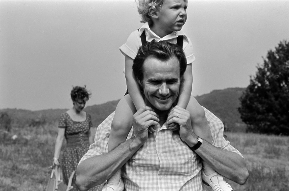 Regentfamilien på ferie på slottet Caix i Cahors. Prins Joachim får en ridetur på far, prins Henriks skuldre, dronning Margrethe ses i baggrunden.