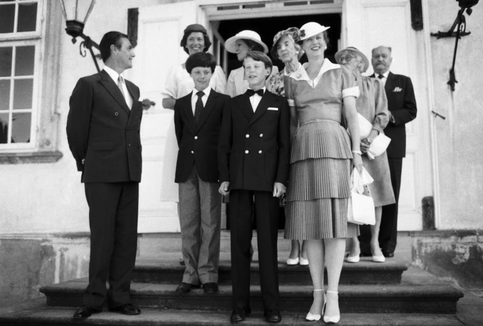 Familie samlet på trappen til Fredensborg Slot i anledning af Prins Joachims konfirmation.