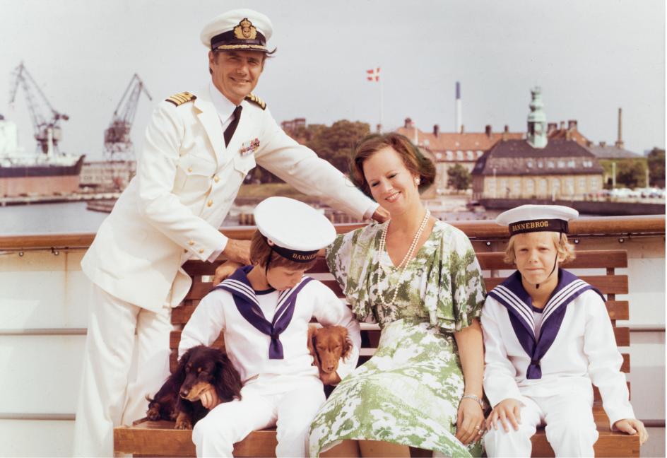 Dronning Margrethe, prins Henrik samt kronprins Frederik og prins Joachim ombord på Kongeskibet Dannebrog.