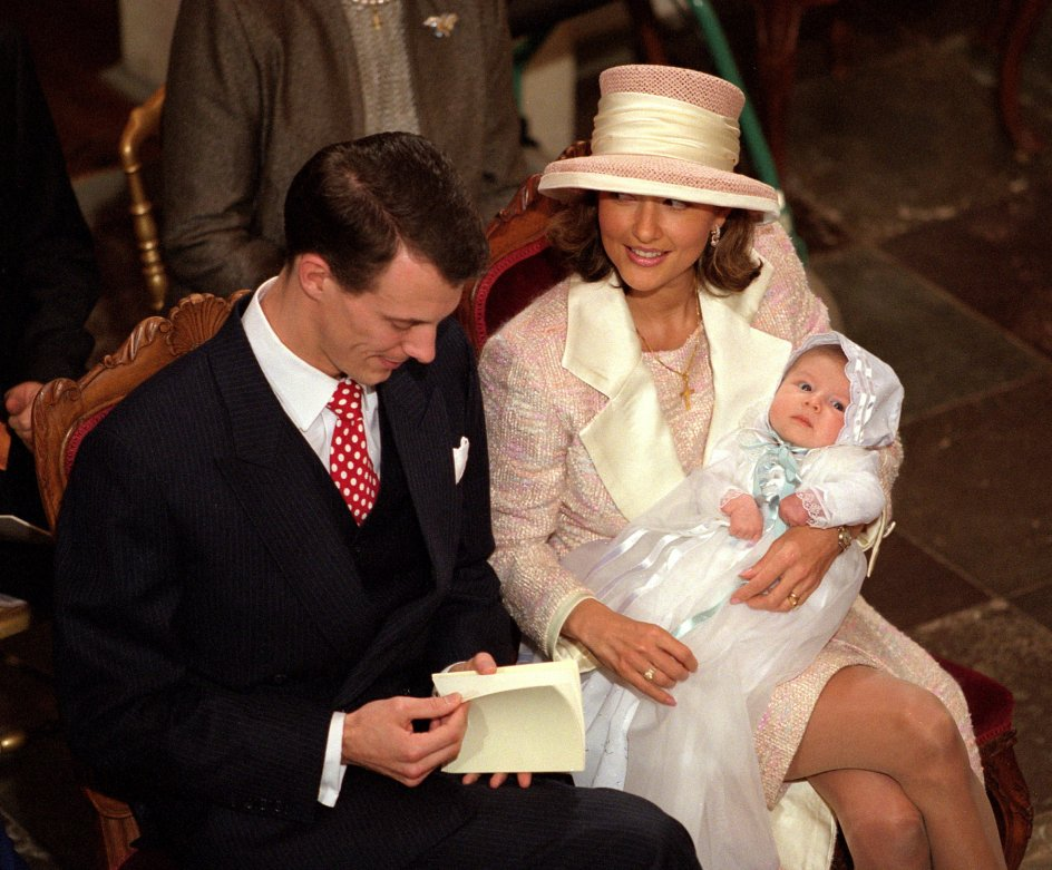 PRINSEDÅB - Prins Joachim og prinsesse Alexandra med deres lille søn lørdag nov. 6, 1999 i Fredensborg Slots kapel. Den lille prins fik navnene Nikolai William Alexander Frederik.