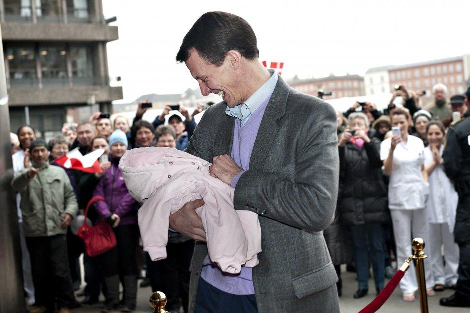 Prins Joachim forlader Rigshospitalet med sin og prinsesse Maries nyfødte prinsesse fredag d. 27. januar 2012. Prinsessen blev født i tirsdags d. 24. januar og vejede 2930 g.