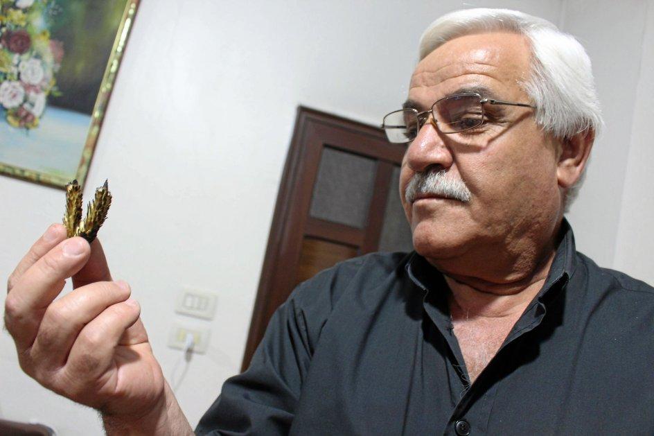 Abu Zeid kigger på sodet hvede fra de 50 hektar kornmarker, han har mistet til ilden.