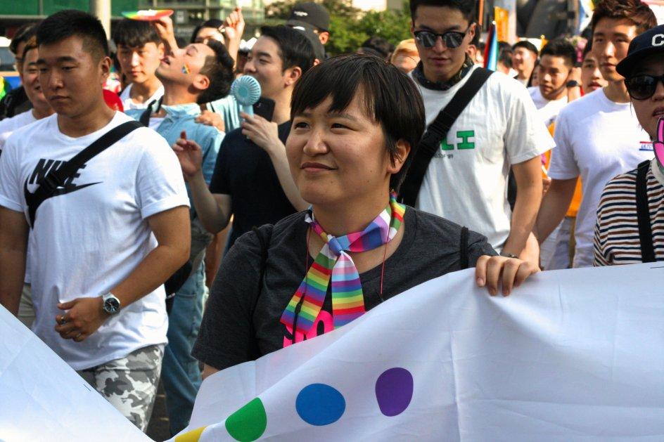"""""""Nogle piger gifter sig med piger,"""" står der på Ryu Minhees T-shirt. Hun har i flere år kæmpet for at få lov til at gifte sig med den person, hun elsker. Selvom Sydkorea ikke bliver det næste land, hvor homoseksuelle ægteskaber bliver lovlige, er hun fortrøstningsfuld: """"Vi rykker os hurtigere fremad, end mange tror."""" –"""