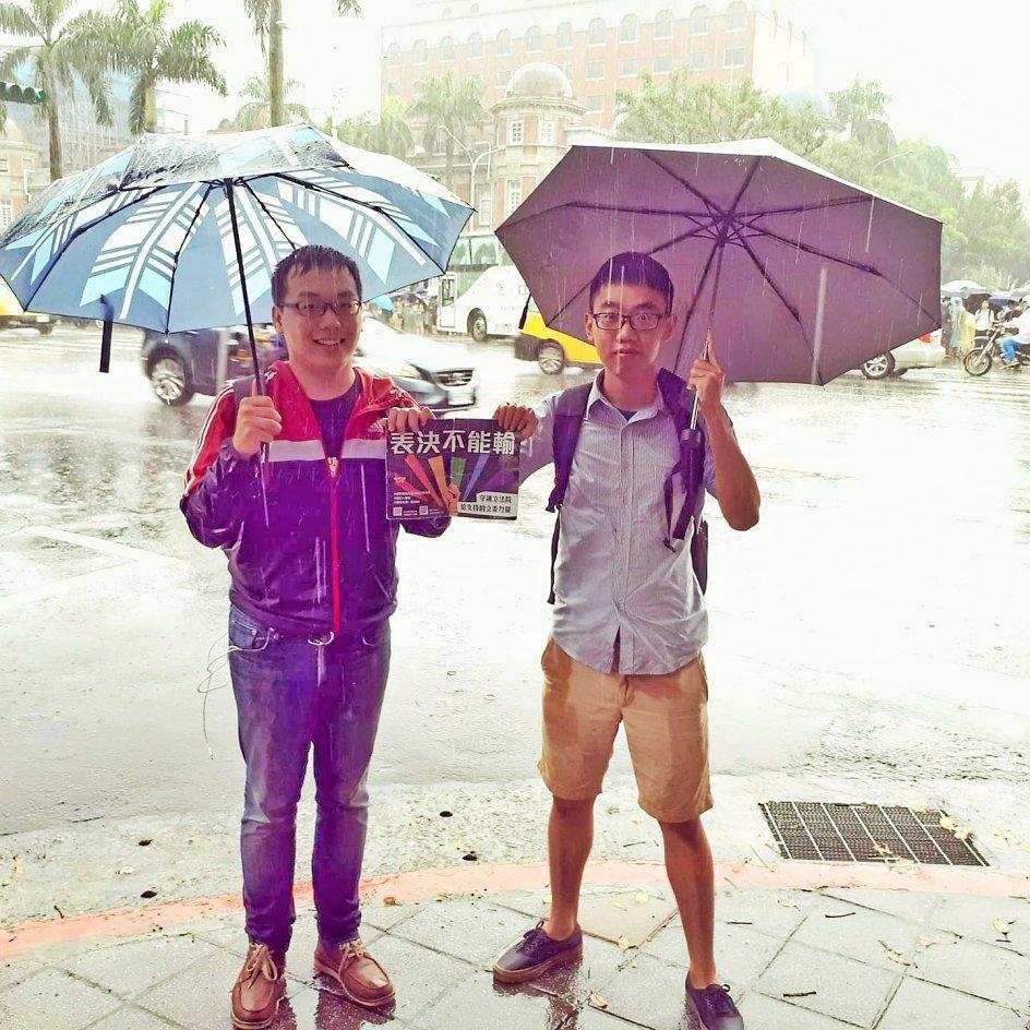 Der faldt 63 millimeter regn i Taipei på dagen, da homoseksuelle ægteskaber blev erklæret lovlige i Taiwan, men LGBT-aktivisterne Yang Zhih-da (tv.) og Hong Guo-fung, der også er kærester, trodsede vejret foran forfatningsdomstolen for at se frugten af deres aktivistarbejde i LGBT-organisationer. – Privatfoto.