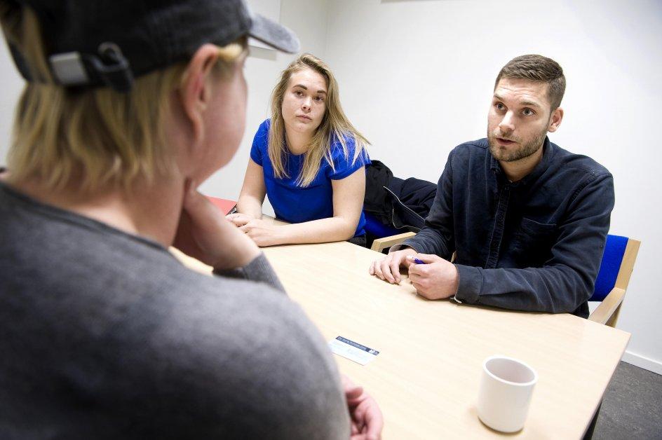 Thomas Christiansen og Kiki Wederkinch i samtale med Lise, som er indsat i Jyderup Fængsels kvindeafdeling.