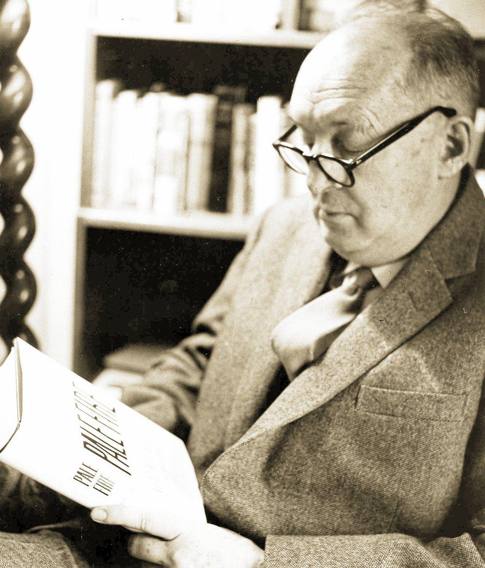 """Vladimir Nabokov var både sommerfugleekspert, litteraturprofessor, oversætter og forfatter til klassikere som """"Lolita"""" og """"Pnin"""", der netop er nyoversat til dansk. Han boede i mange år i Berlin, senere USA, hvor han fik statsborgerskab i 1945 og døde i Schweiz i 1977. –"""
