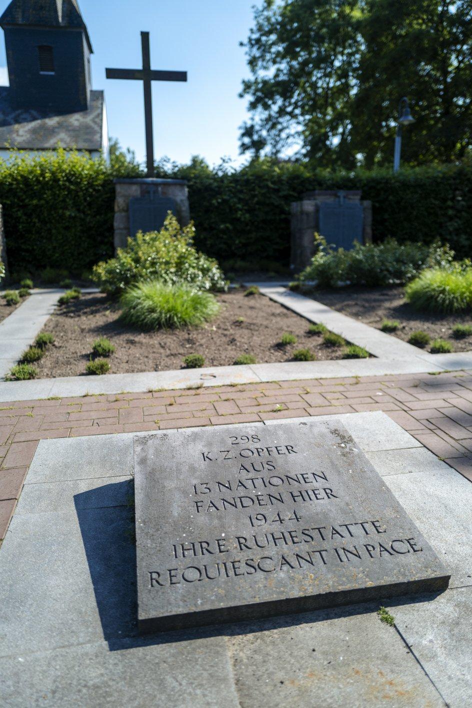I mindelunden ved kirken i Ladelund mindes de 298 døde. –