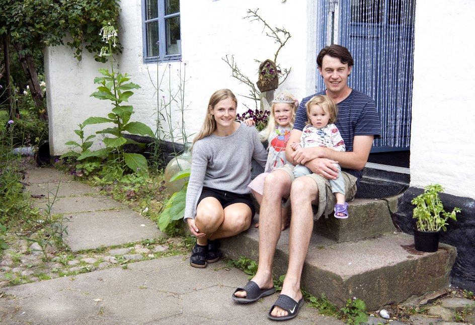 I en tidligere præstegård på Avernakø har Laura Storm og Peter Smith-Siverten indrettet soveværelset med en kæmpe seng, hvor de selv og døtrene Liv og Lilli sover allesammen. –