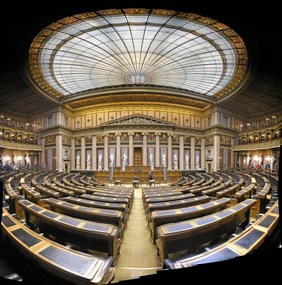 """Det østrigske parlament, som her ses indefra, er en af de mest imposante bygninger i Wien. """"I Østrigs hovedstad havde Theophil Hansen muligheder, som han ikke havde i Danmark. I det østrig-ungarske kejserrige kunne han virkeliggøre sine projekter og bygge den ene store bygning efter den anden,"""" siger forfatteren Dietmar Grieser. –"""