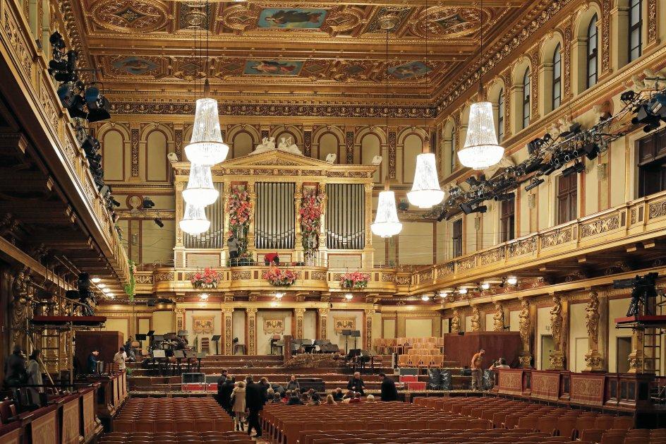 Theophil Hansen byggede også Wiens Musikforening med den såkaldt Gyldne Sal, som i dag på grund af den fremragende akustik betragtes som en af verdens bedste koncertsale. –
