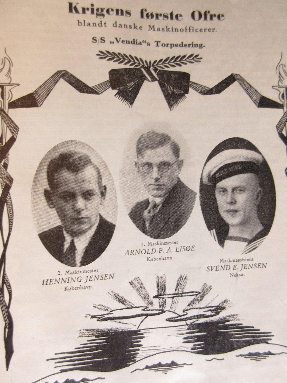 """Henning Jensen, Arnold Peter Andersen Eisøe og Svend Erik Jensen blev den 30. september 1939 krigens første ofre blandt de danske maskinofficerer, da """"SS Vendia"""" blev torpederet. 11 besætningsmedlemmer døde. Billedet er fra en mindetavle i Maskinmestrenes Forenings arkiv. –"""