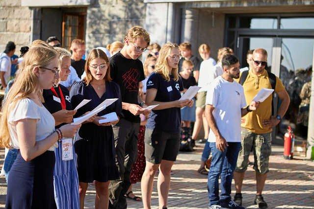 Fællessang var på programmet, da Ungdomsøen i lørdags blev indviet.  – Foto: Christopher Hesselberg/Ungdomsøen.