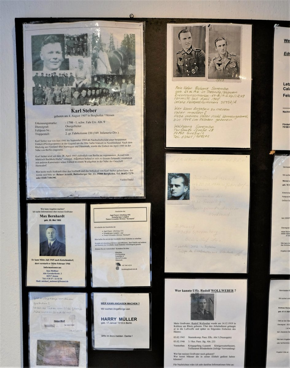 På væggen i et lille minderum hænger der sedler, hvor efterladte og deres efterkommere stadig efterlyser deres faldne far eller bedstefar fra slaget ved Halbe i april 1945.
