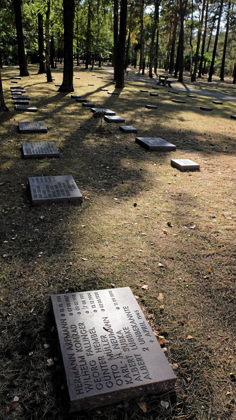 """De fleste grave bærer teksten """"Ukendte, april 1945"""". Men adskillige sten, cirka en tredjedel af dem, bærer også navn og dato for fødsel og død, og man får blik for, at mange af soldaterne blot var store drenge."""