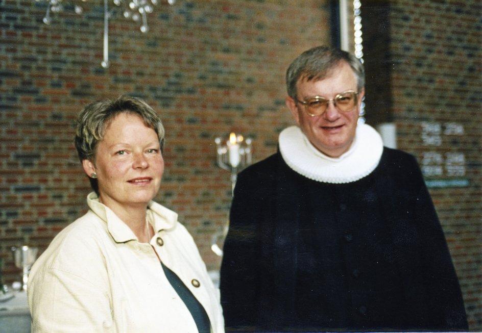 Her ses forfatteren til tobindsværket, Harald Nielsen, sammen med missionær Anne Vestskov ved udsendelsen fra Bidstrup Kirke, Hjørring, i 1998. –