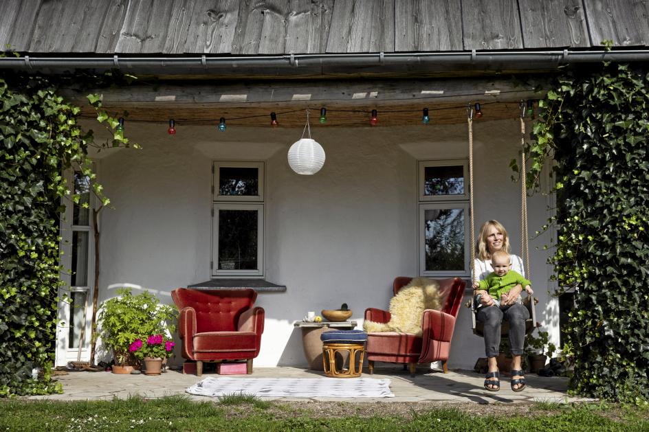 """Lærer og mor Sarah Roued Thomsen har udgivet en bog med fødselsberetninger fra 41 kvinder. """"Jeg fandt på at skrive bogen, for den ensomhed, som mange gravide og nybagte mødre taler om i dag, hænger jo sammen med, at vi slet ikke får fortalt de her historier til hinanden,"""" siger hun."""