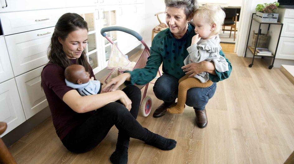 """Den dag, Anna Stølen Dues (t.v.) ældste søn kom til verden, var det ikke kun en særlig dag for Karen Stølen Due, fordi hun var blevet mormor. """"At se ens børn tage forældreskabet på sig som noget helt naturligt, det var meget stort,"""" fortæller hun."""