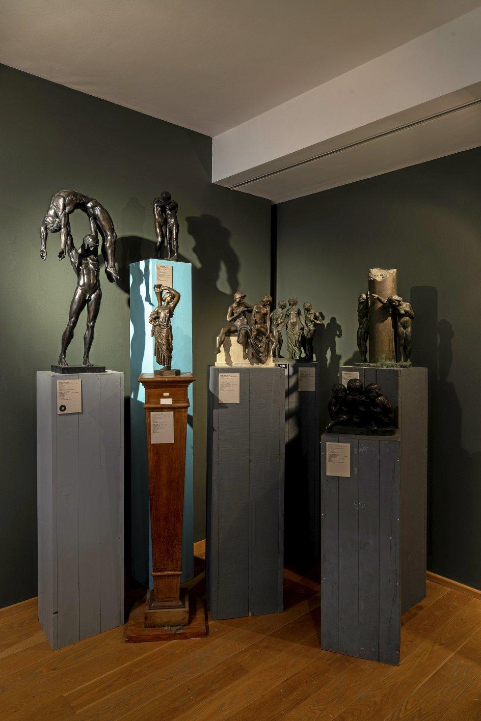 """0Rudolph Tegners fantastiske bronzemodeller til en """"Livets Port"""" (1912-1915) ved Trianglen i København er opsat på træsokler af varierende højde."""