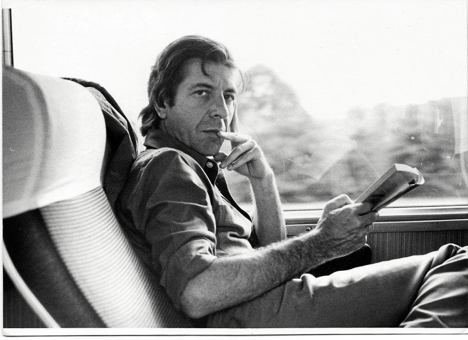 En yngre Leonard Cohen på turné – måske i færd med at digte i sit hoved. –