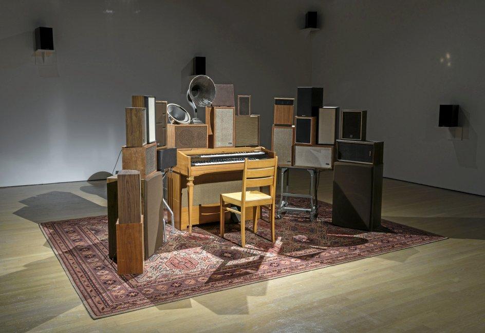 """Blandt værkerne på udstillingen er Janet Cardiff og George Bures Millers """"The Poetry Machine"""" (2017), som afspiller Leonard Cohens digte, når man trykker på en af tangenterne. –"""