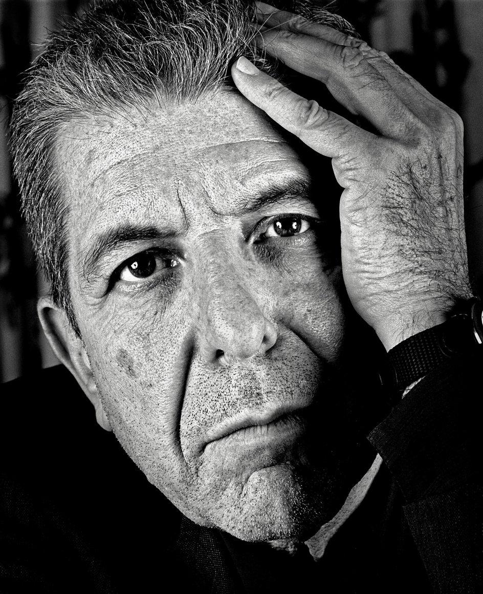 Leonard Cohen (1934-2016) hyldes på udstillingen, der nu er nået til Danmark, og som 13 internationale billedkunstnere og 20 musikere bidrager til. – Foto: Barry Marsden.