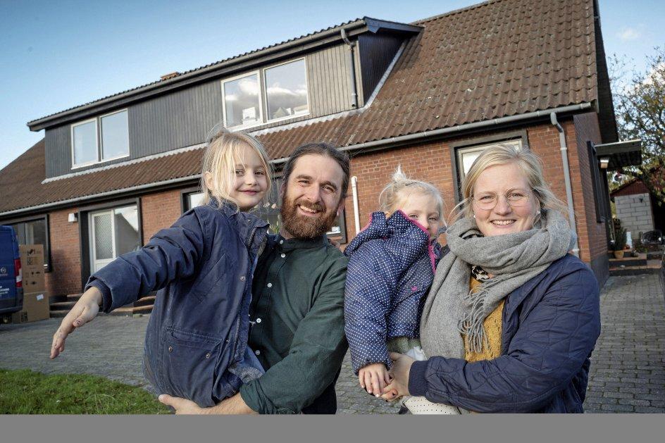 Familien Svinth flyttede sidste år fra Aarhus til Djursland, hvor de købte hus i landsbyen Rosmus. De har fået 100.000 kroner fra kommunen til at sætte huset i stand mod at forpligte sig på at arbejde aktivt for at få et landsbyfællesskab op at stå. – Foto: