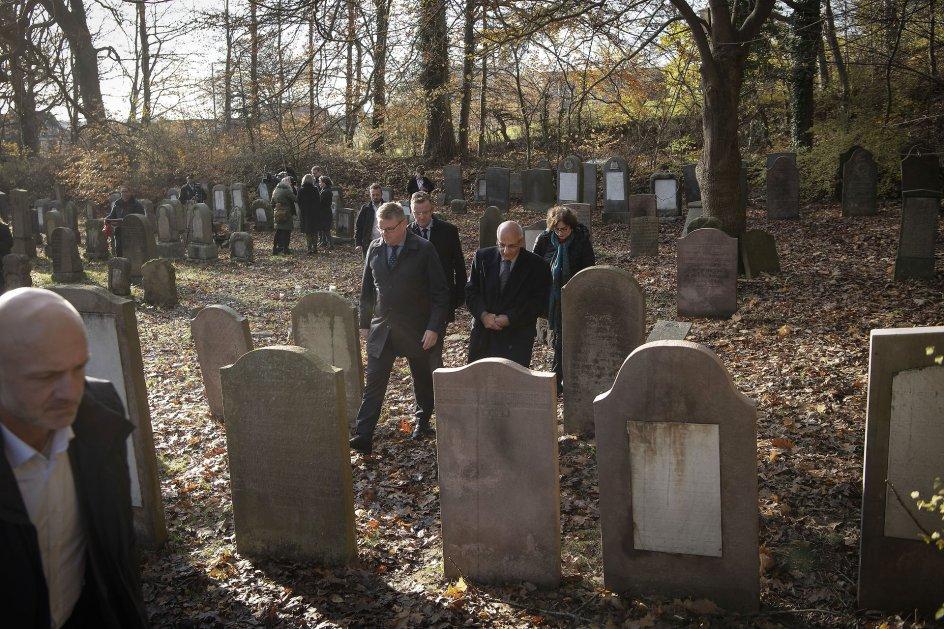 Østre Kirkegård i Randers fik onsdag besøg af Israels ambassadør Benny Dagan og fru Irit Dagan sammen med Randers-borgmester Torben Hansen og kommunaldirektør Jesper Kaas Schmidt. Flere end 80 gravsten blev i weekenden malet med grøn graffiti, og enkelte gravsten var væltet på gravpladsen.