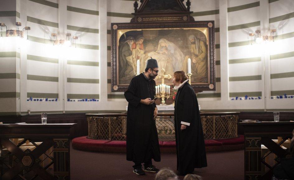 Sognepræst Mette Gramstrup og imam Naveed Baig fik begge ordet ved juleafslutningen. – Alle fotos: Julie Meldhede Kristensen
