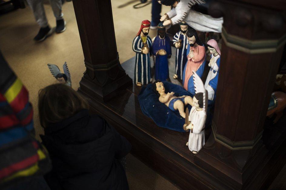 Et krybbespil under kirkens prædikestol trak stor opmærksomhed fra børnene. Flere måtte hen at røre ved figurerne.