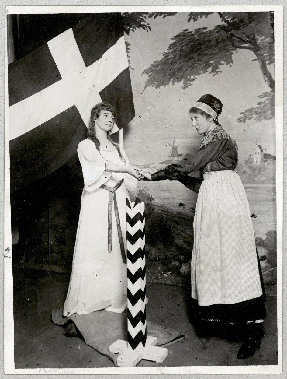 Over hele Danmark kom det i 1920 på mode at opføre tableauer, hvor Sønderjylland symbolsk blev fremstillet som den fortabte søn eller datter, der omsider kunne vende hjem til moderlandet.– Foto: Det Kongelige Biblioteks Billedsamling.