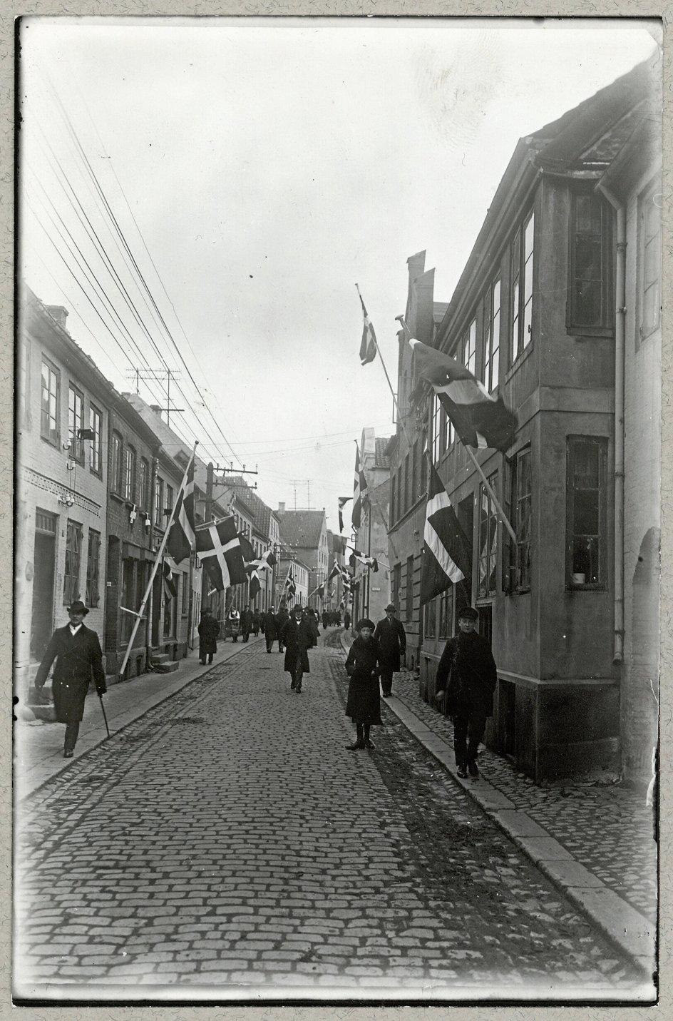 I forbindelse med afstemningerne om Sønderjyllands nationale tilhørsforhold i 1920 var landsdelens gader fyldt med Dannebrogsflag. - Foto: Holger Damgaard/Det Kongelige Biblioteks Billedsamling.