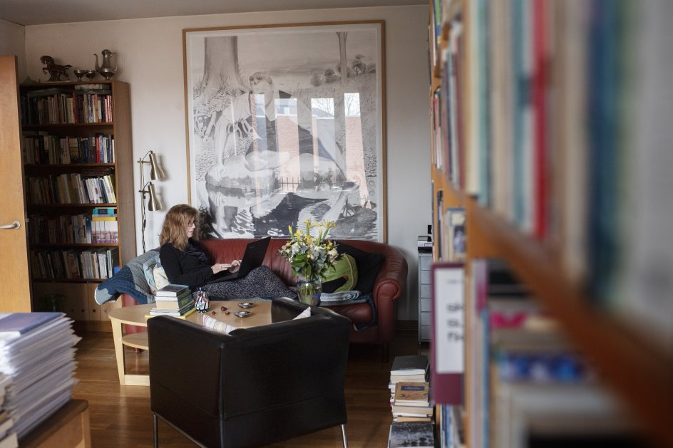 Når Marianne Stidsen skal skrive noget vigtigt, ligger hun altid ned. Blandt andet i sin sofa i lejligheden på Frederiksberg.