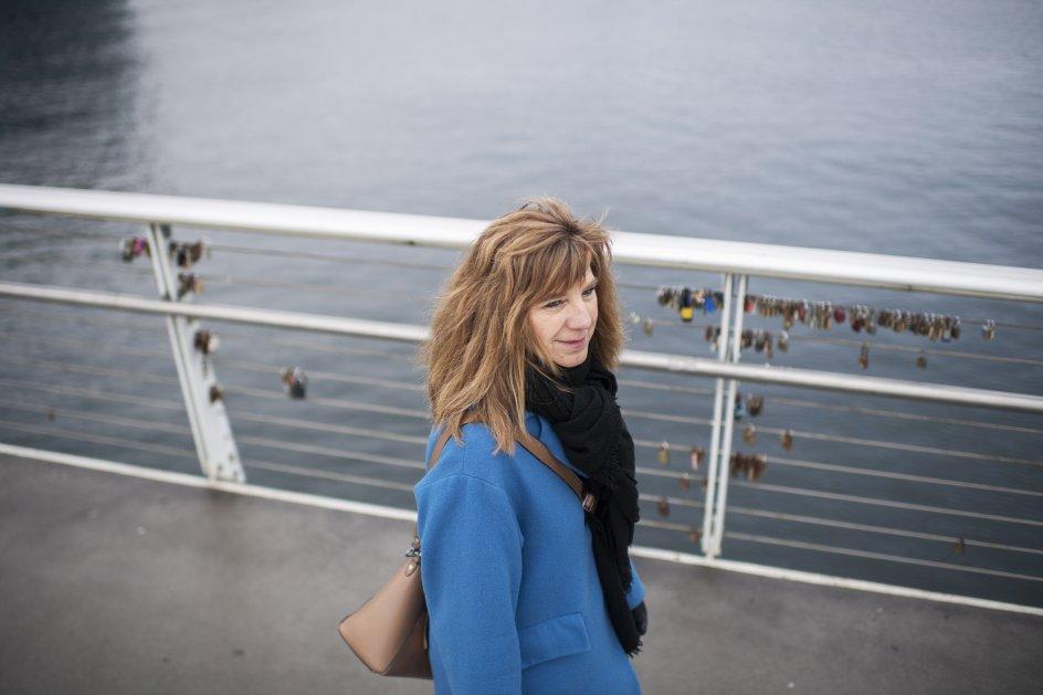 """Det var lige præcis midt på den gangbro, der går fra Vesterbro til Islands Brygge, at Marianne Stidsen fik idéen til titlen på sin doktorafhandling, """"Den ny mimesis"""". """"Enhver litterat vil sige, det er en ret selvbevidst titel, for det begreb går helt tilbage til Aristoteles. Men en dag, da jeg stod her, tænkte jeg: 'Du har arbejdet 10 år på det her. Gu' er det da den ny mimesis'."""" – Foto: Julie Meldhede Kristenstensen."""