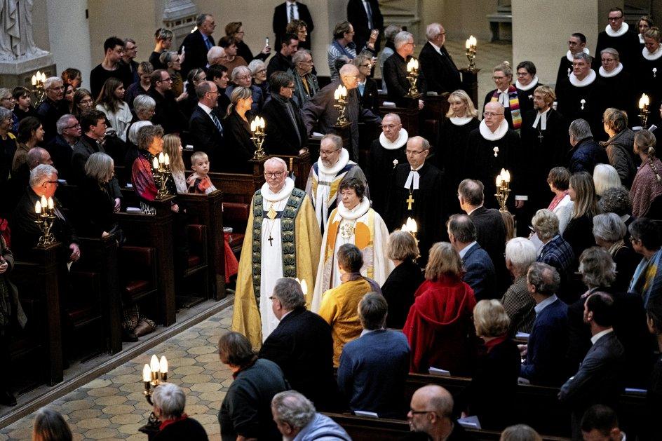 Det var biskop Peter Skov Jakobsen (forrest tv.), der stod for festgudstjenesten. Han talte blandt andet om mangfoldighed på tværs af landegrænser.