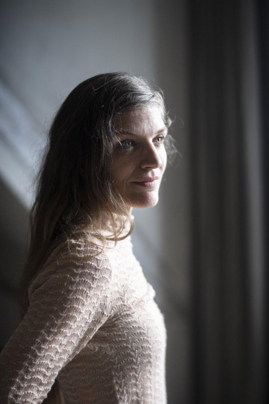 """""""Man kan ikke pakke sin historie væk, det får man ikke noget godt ud af, men det er vilkårene for mange transnationale adoptivbørn, at de hverken har adgang til deres biologiske ophav eller stedet de kommer fra,"""" siger Iben Mondrup. – Alle fotos: Julie Meldhede Kristensen."""