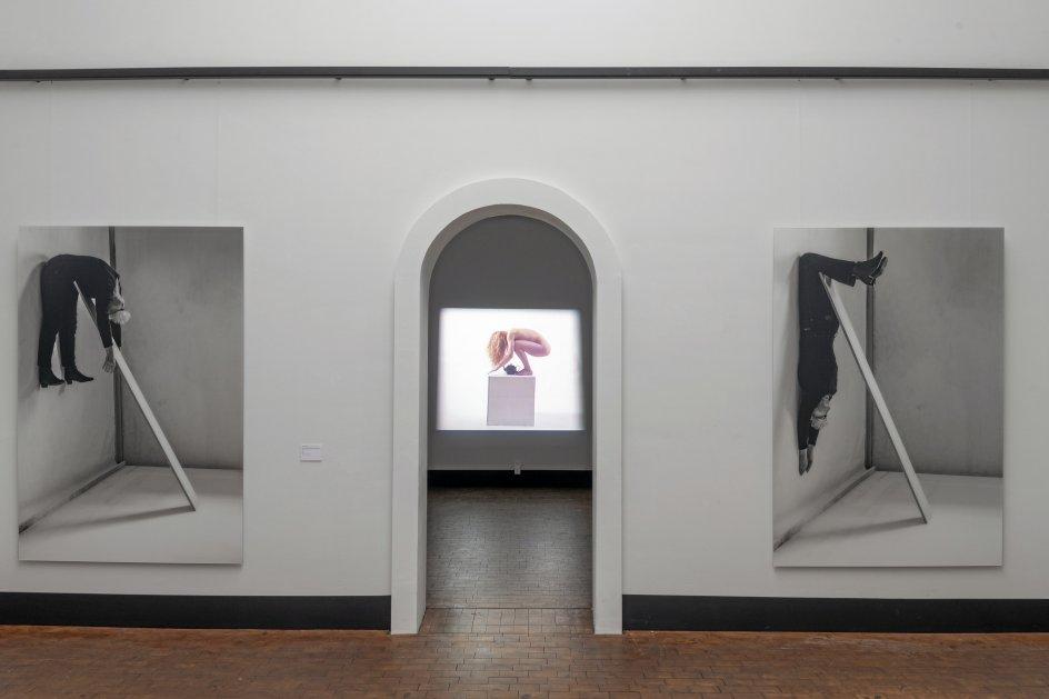 """Soklen spiller en helt central rolle i Kirsten Justesens skulpturelle laboratorium. Derfor har udstillingen fået titlen """"Sokkelstykker/Body & Base""""."""