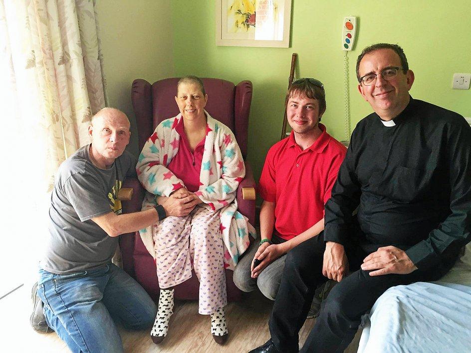 Mandy Bryant (nummer to fra venstre) døde af brystkræft i 2017. Men kort før sin død på hospice ønskede hun at gentage bryllupsløfterne sammen med sin mand (yderst til venstre) og sin søn (nummer to fra højre). Ceremonien skulle forestås af Richard Coles, der var en gammel ven af familien. – Foto: Nathan Bryant/SWNS.com/Ritzau Scanpix.