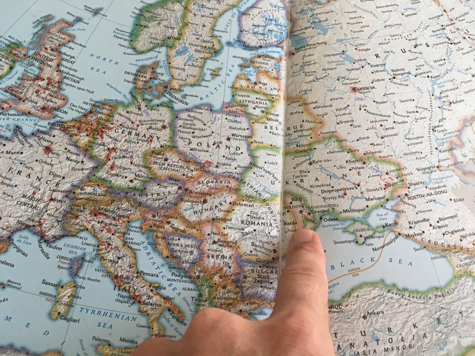 Torbjørn Pedersen med sit kort, mens han stadig var i Europa. Undervejs har han besøgt Røde Kors' kontorer og holdt foredrag om sin nu seks år lange rejse til næsten alle lande i verden. – Foto: Torbjørn Pedersen.