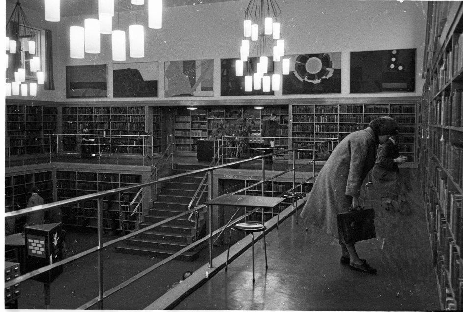 Frederiksberg Bibliotek er grundlagt 1887, men i 1935 blev den nuværende bygning opført som et tidstypisk eksempel på den nye tidsalders bogtempler. Her er bibliotekets cemtrale sal fotograferet omkring 1960. – Foto: Jørgen Bonfils/Ritzau Scanpix.