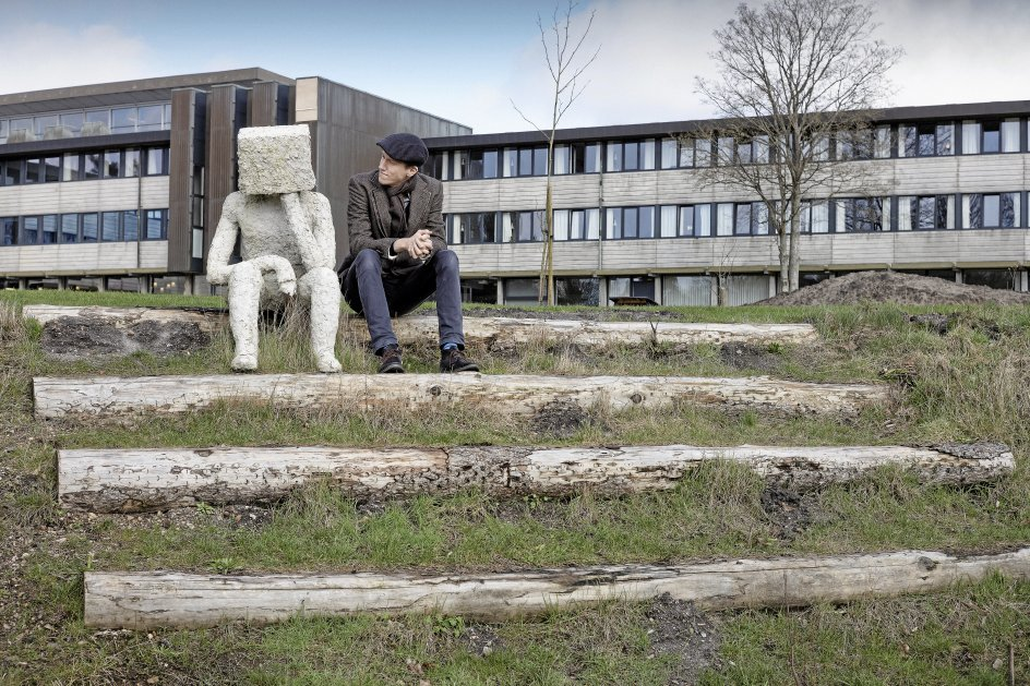 Christian Hjortkjær underviser i eksistensfag på Silkeborg Højskole, hvor han prøver at være opbyggelig som Kierkegaard i forhold til den generation, der bakser så meget med at føle sig utilstrækkelige i en perfekthedskultur. – Foto: Bo Amstrup/Ritzau Scanpix.