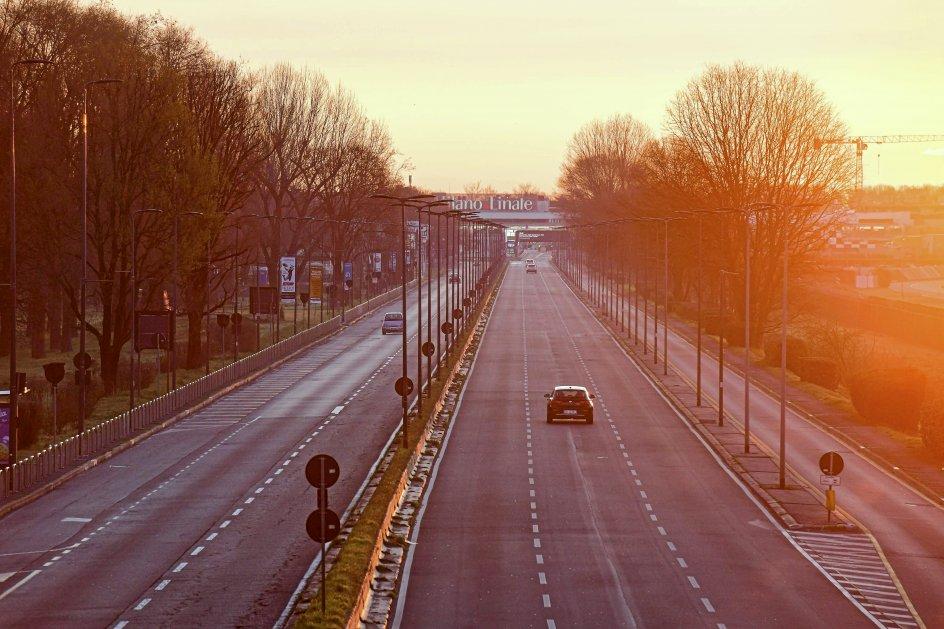 God plads er der også på den normalt travle vej ud til Linate-lufthavnen i Milano i disse dage, efter at regeringen har beordret udgangsforbud i regionen. – Foto: Piero Cruciatti/AFP/Ritzau Scanpix.
