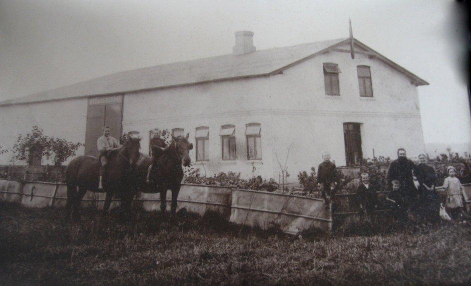 Gården i Rens, som Carsten Peter Petersen solgte. Han fik 15 børn hvoraf de ældste blev i danmark, da familien flyttede. De var allerede kommet ud at tjene. Foto: Burkal Sogns Lokalarkiv