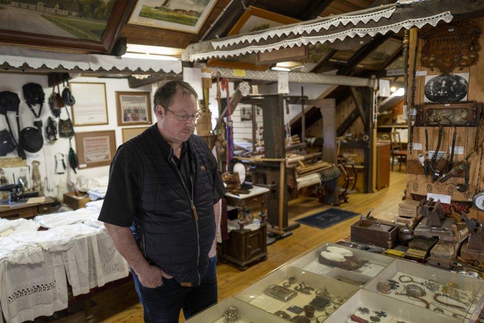 I en montre på landsbymuseet Dorfmuseum Ladelund, gemt væk i en slags sikkerhed bag glas, ligger 20-30 hagekorsemblemer og et brev fra der Führer. Altsammen er indsamlet blandt byens familier.