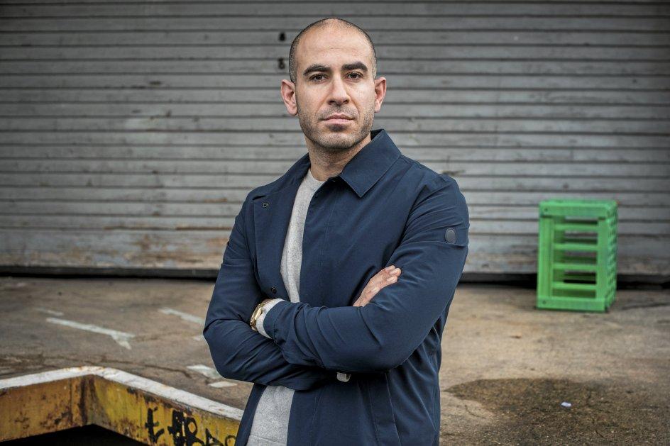 Journalist Abdel Aziz Mahmoud kritiserede i søndags på Twitter, at en overlæge sagde, at sunde kunne mødes på trappetrin og caféer. – Foto: Søren Bidstrup/ Ritzau Scanpix.