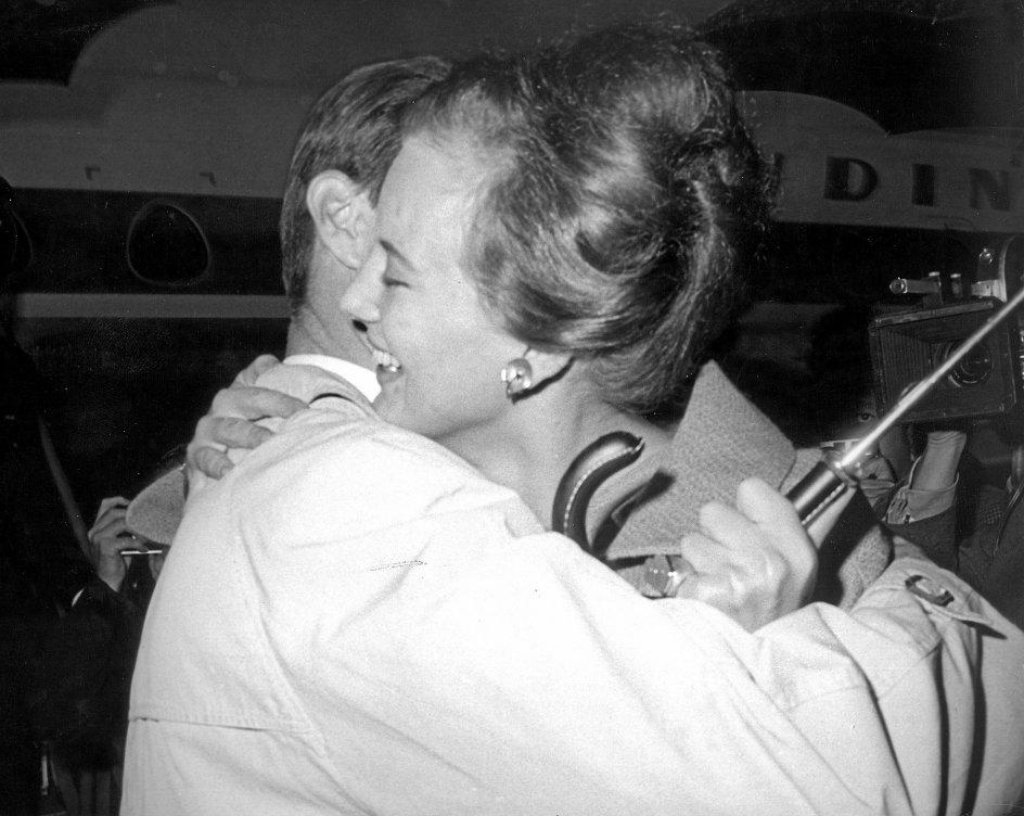 Den daværende prinsesse Margrethe krammer sin forlovede, den senere Prins Henrik, i Kastrup Lufthavn i 1966. Det er netop i 1960'erne og 1970'erne, at krammet begynder at vinde udbredelse som hilseform herhjemme. – Foto: Allan Moe/Ritzau Scanpix.