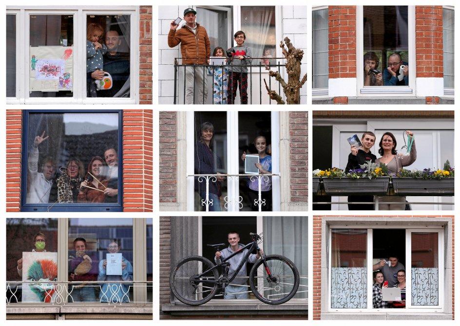I Belgiens hovedstad, Bruxelles, har karantæneramte indbyggere prøvet at skabe fælles holdånd ved at vise de genstande, der er vigtige for dem i coronakrisen, frem for hinanden i vinduerne. – Yves Herman/Reuters/Ritzau Scanpix